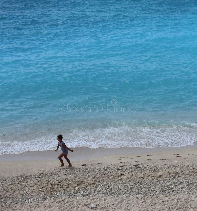 Barn på stranden, Lefkada, Grekland royaltyfri foto