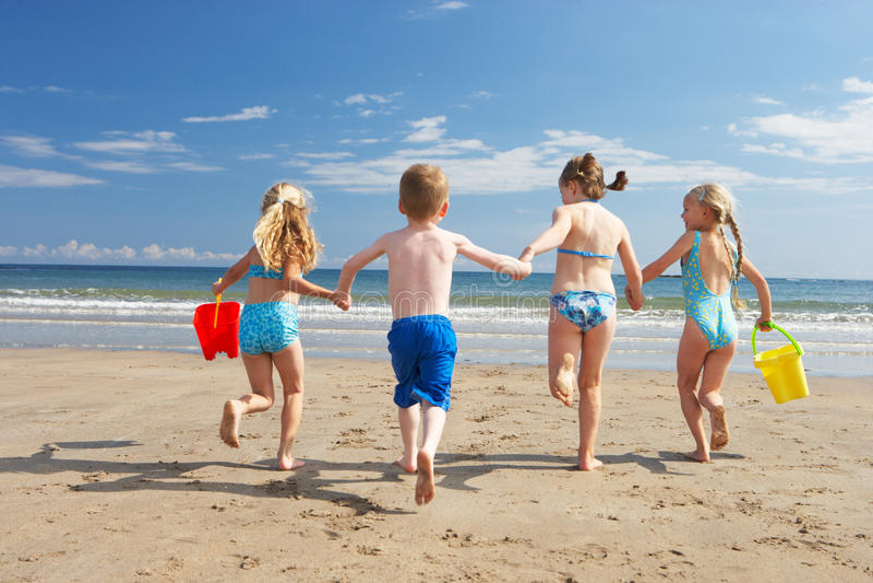 Barn på strandsemester arkivbilder