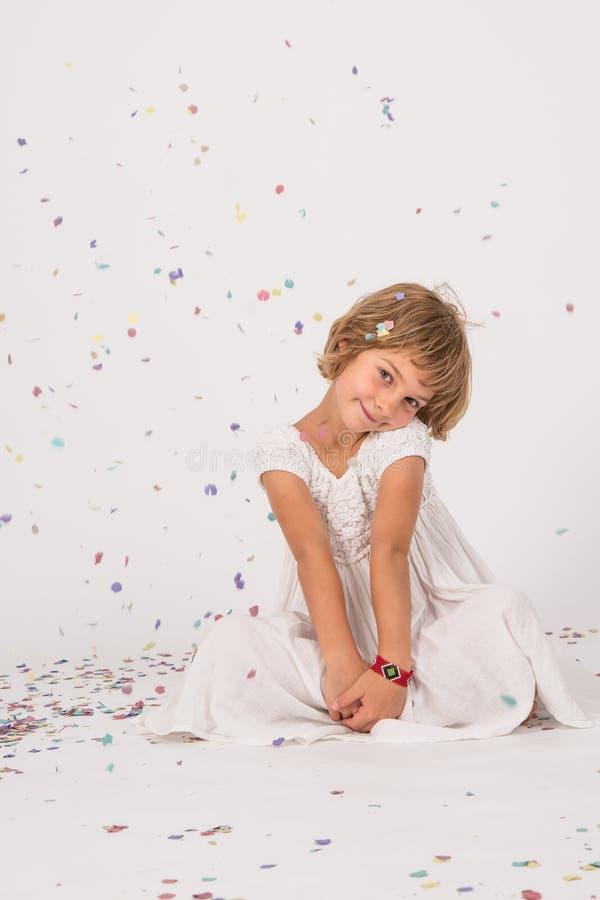 Barn på studion med konfettier arkivfoto