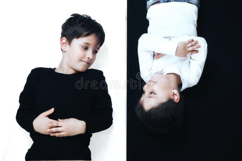 Barn på svartvitt royaltyfri foto