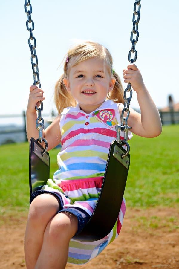 Barn på swing royaltyfri bild