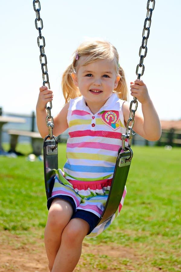 Barn på swing arkivfoto