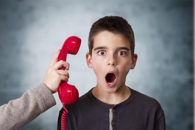 Barn på telefonen fotografering för bildbyråer