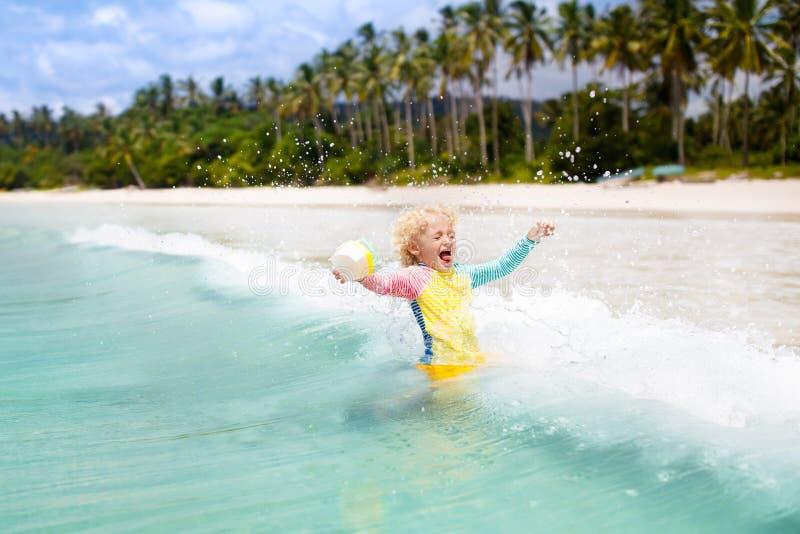 Barn på tropisk strand Havssemester med ungar royaltyfri fotografi