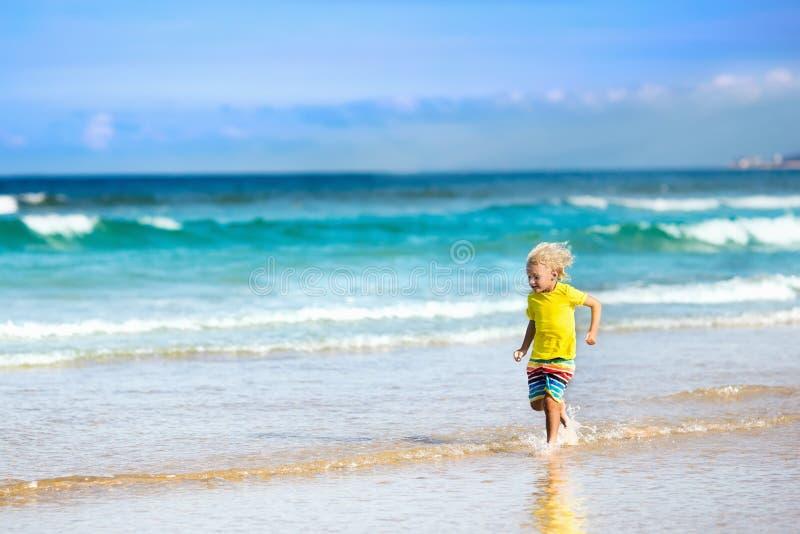 Barn på tropisk strand Havssemester med ungar royaltyfri bild