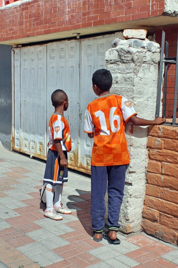 Barn på trottoaren royaltyfria bilder