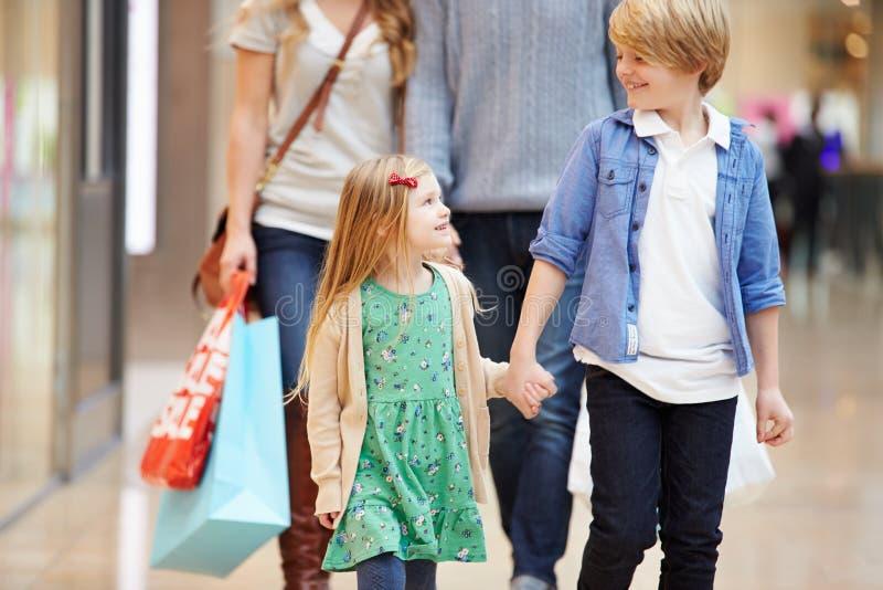 Barn på tur till shoppinggallerian med föräldrar royaltyfria foton