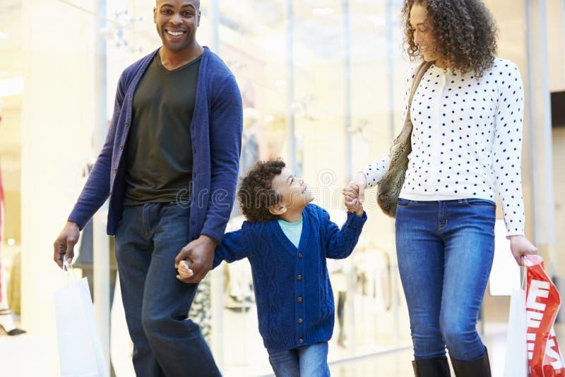 Barn på tur till shoppinggallerian med föräldrar arkivfoton