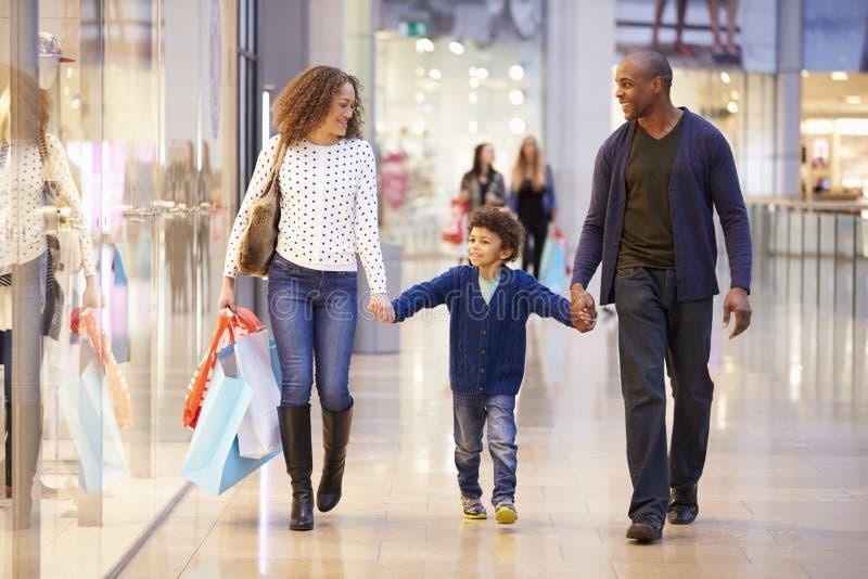Barn på tur till shoppinggallerian med föräldrar arkivfoto