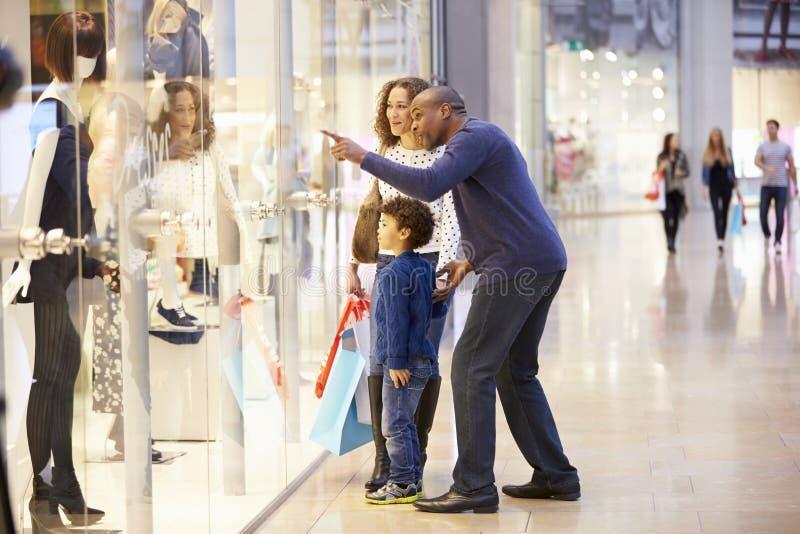 Barn på tur till shoppinggallerian med föräldrar arkivbild