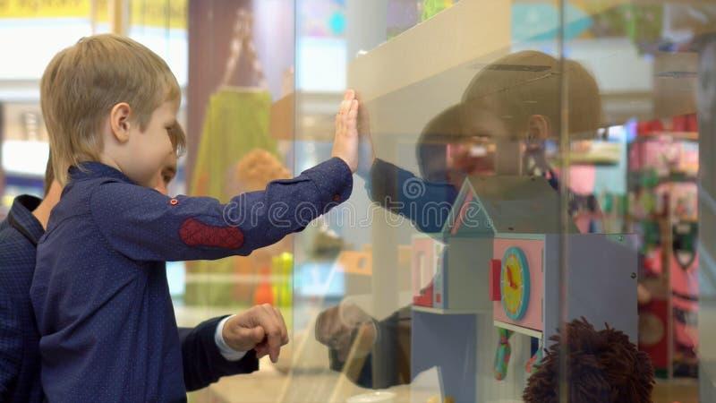 Barn p? tur till shoppinggallerian med f?r?ldrar royaltyfri foto