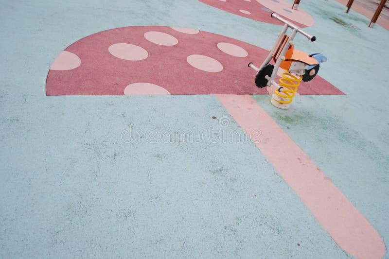 Barn parkerar cirkuleringsvåren royaltyfria bilder