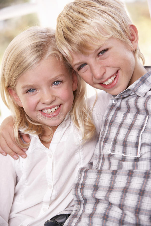 barn poserar tillsammans två barn royaltyfria bilder