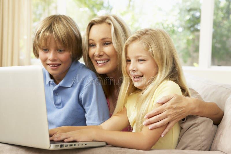barn returnerar att använda för bärbar datormoder royaltyfri foto