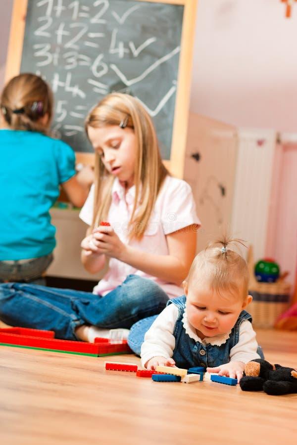 barn returnerar att leka royaltyfri bild