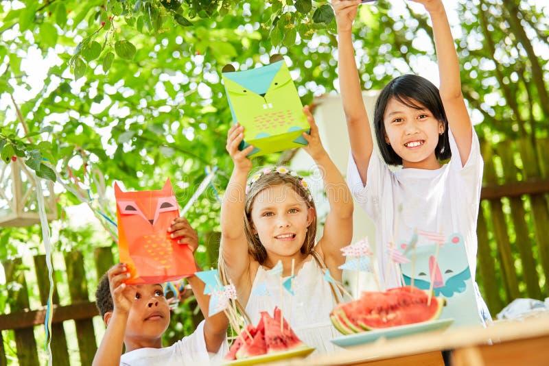 Barn rymmer upp påsar av gåvor royaltyfri fotografi