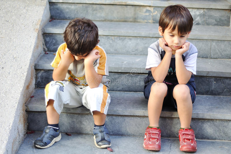 barn SAD två royaltyfri foto