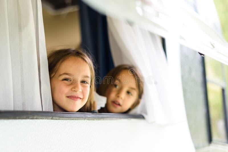 Barn ser till och med husvagn- eller camparemotorhomefönster fotografering för bildbyråer