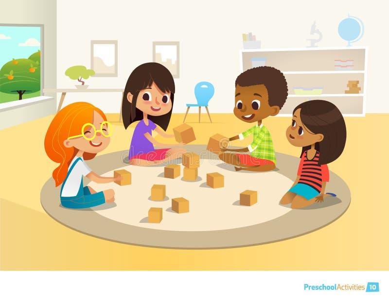 Barn sitter i cirkel på rund matta i dagisklassrum, spelar med träleksakkvarter och skratt lära vektor illustrationer