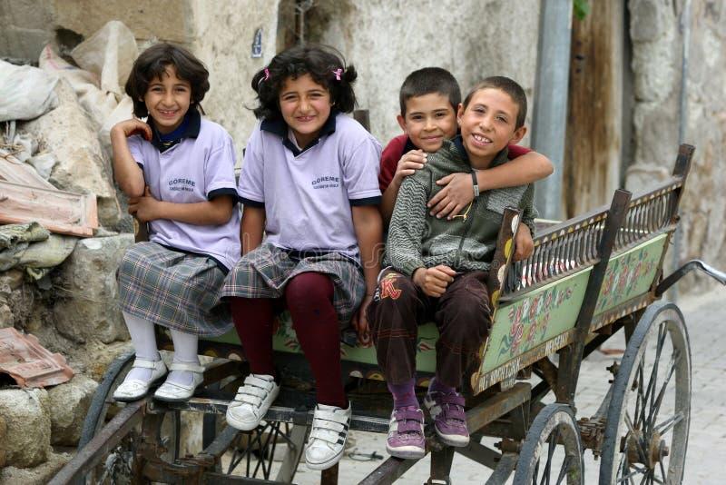 Barn sitter i en vagn royaltyfri foto