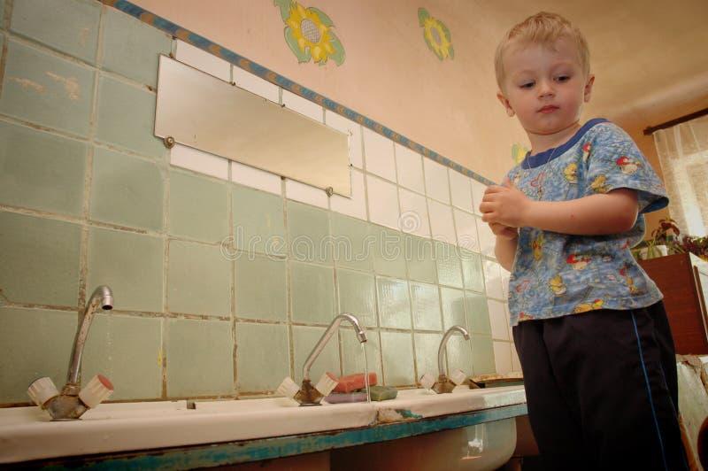 Barn ska skola i ett vandrarhem var det inte finns något vatten fotografering för bildbyråer