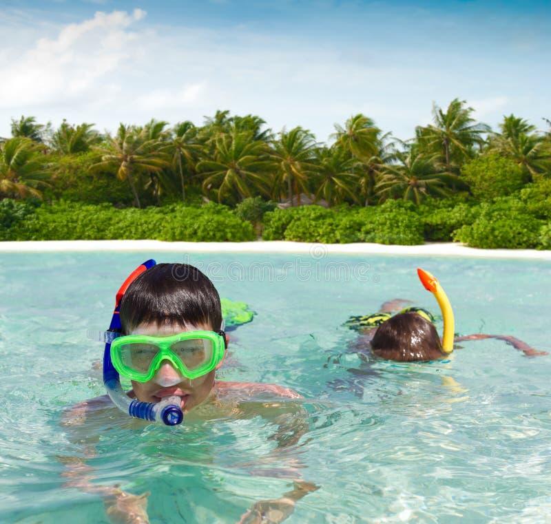 barn snorkeling två royaltyfri foto