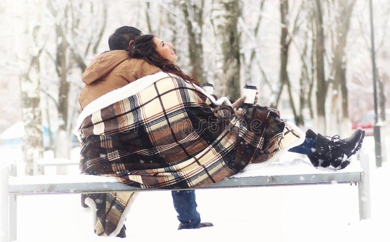 Barn som älskar par på en gå royaltyfria bilder