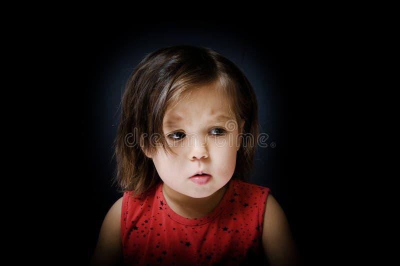 Barn som är rätt i mörker fruktansvärd liten flicka att darra på något royaltyfria bilder