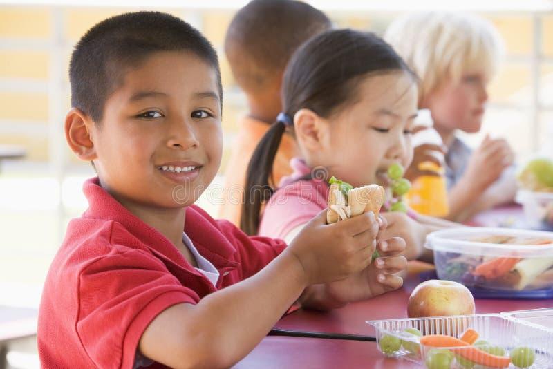 barn som äter dagislunch arkivfoton