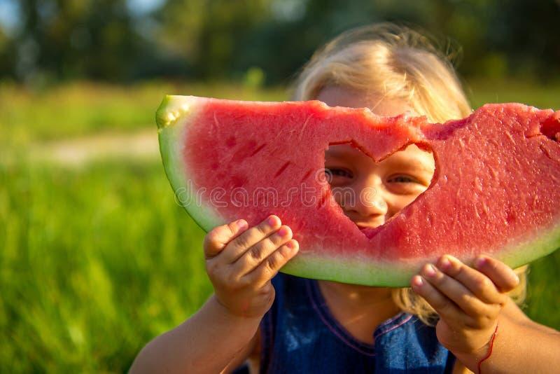 barn som äter den lyckliga vattenmelonen arkivfoton