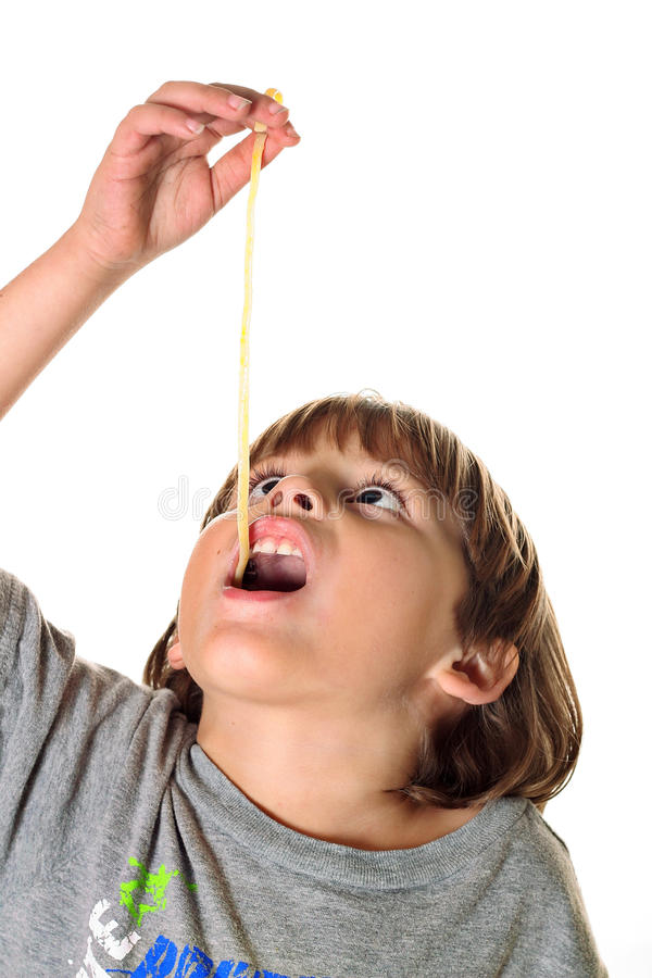 barn som äter nudelpasta royaltyfri fotografi
