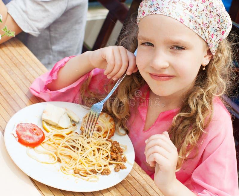 Barn som äter pasta arkivfoto