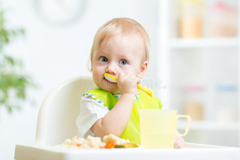 Barn som äter sund mat fotografering för bildbyråer