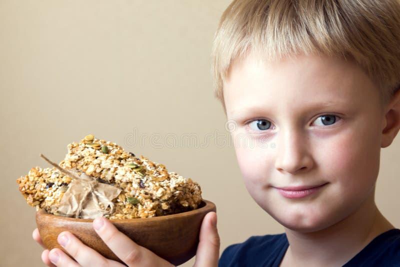 Barn som äter sund mat arkivfoto