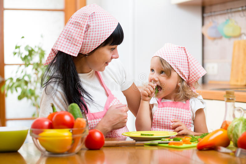 Barn som äter sund mat på kök royaltyfria bilder