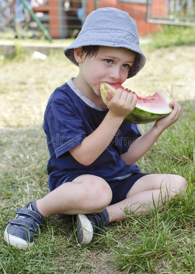 Barn som äter vattenmelon royaltyfri fotografi