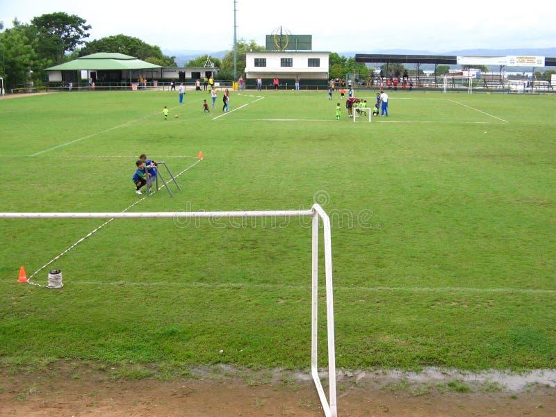 Barn som öva fotboll på en domstol i den Puerto Ordaz staden, Venezuela royaltyfri foto