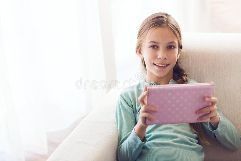 Barn som använder ipad arkivbilder