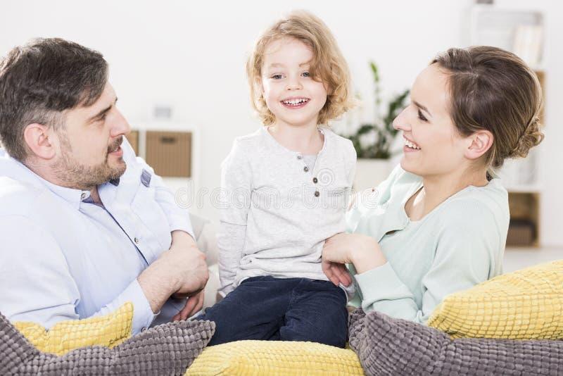 Barn som att bry sig för framkallning lyckat arkivfoto