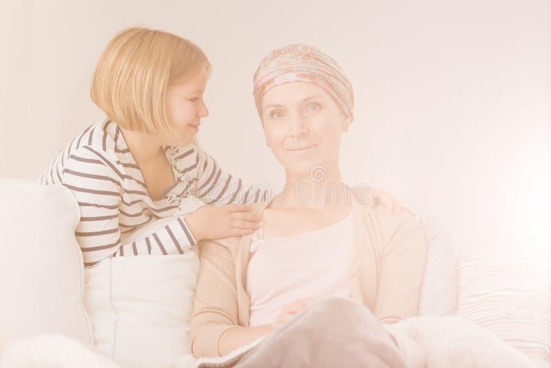 Barn som dåligt stöttar henne moder arkivbild
