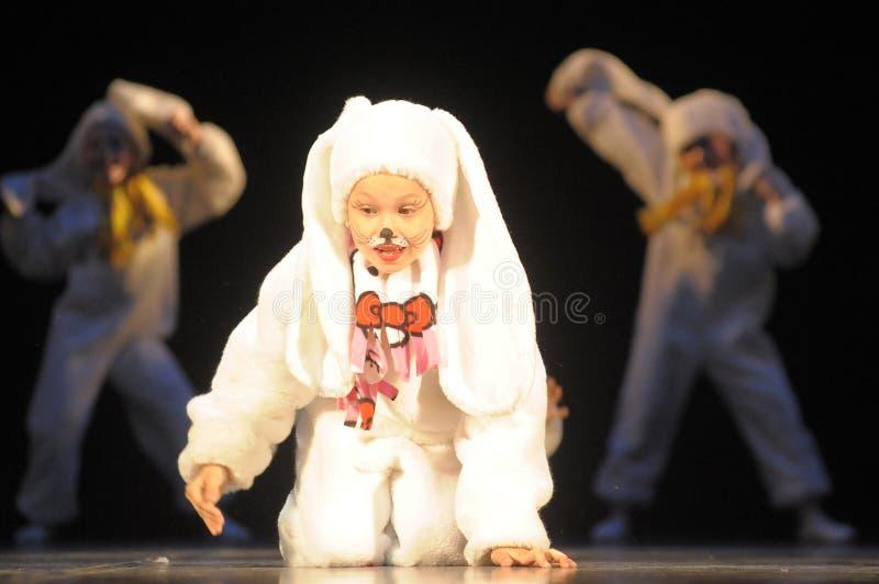 Barn som dansar i kanindräkter royaltyfria bilder