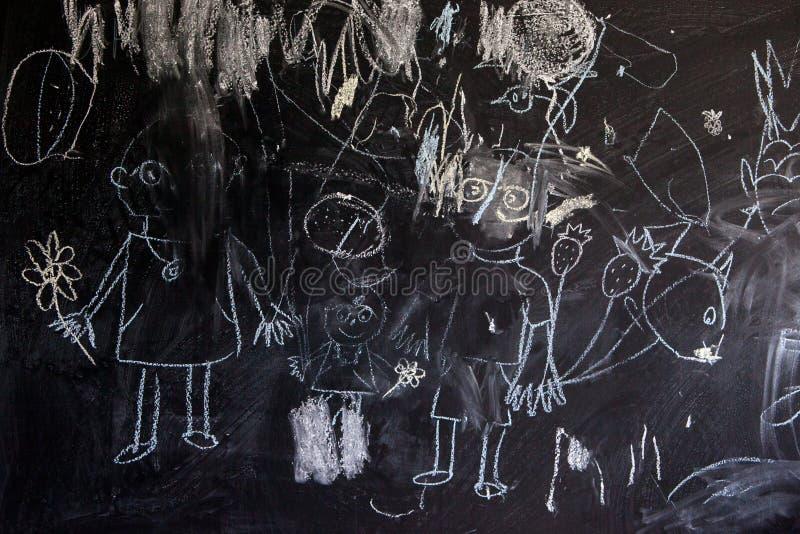Barn som drar med krita på en lycklig familj för skolasvart tavla arkivbild