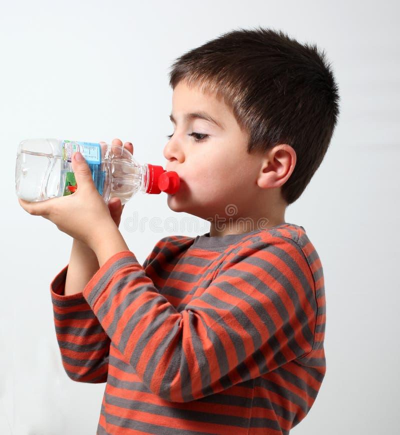 barn som dricker grått isolerat vatten arkivfoton
