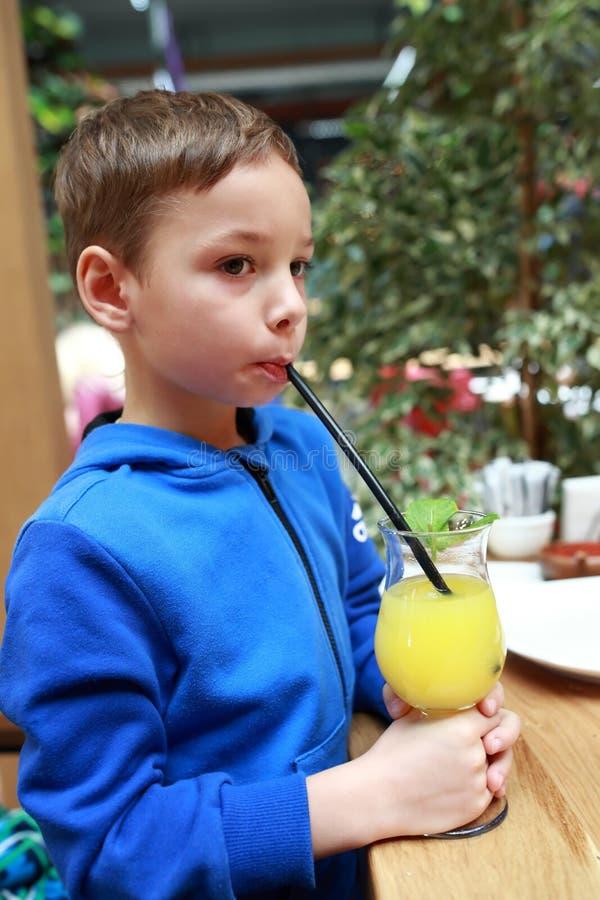 Barn som dricker lemonad royaltyfria bilder
