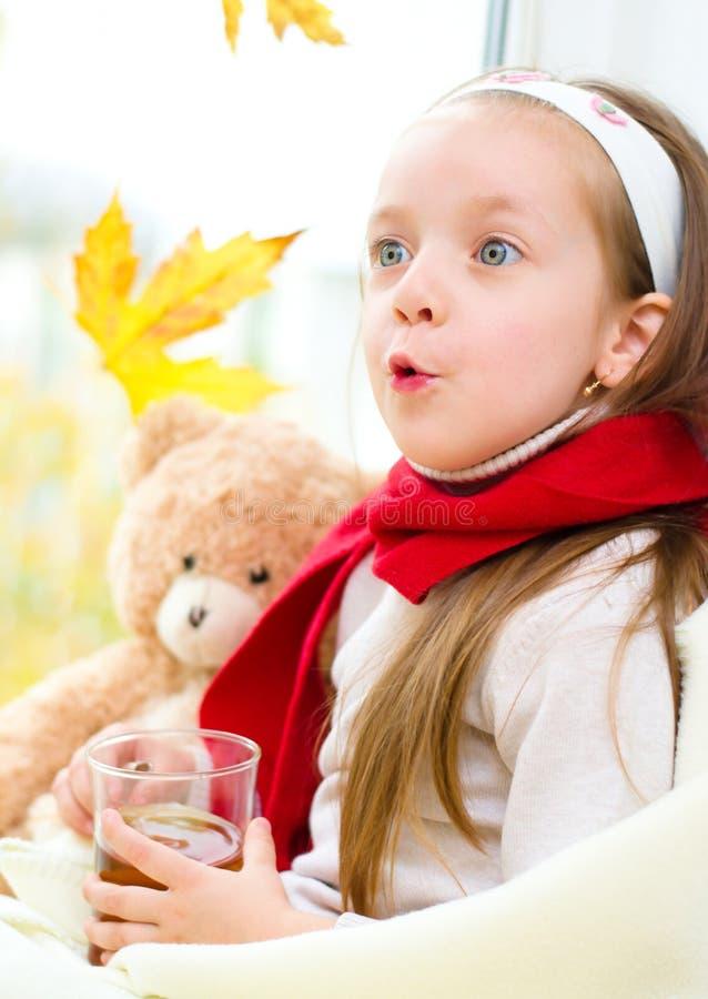 Barn som dricker te royaltyfri bild