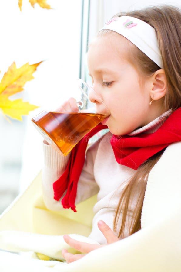 Barn som dricker te arkivbilder