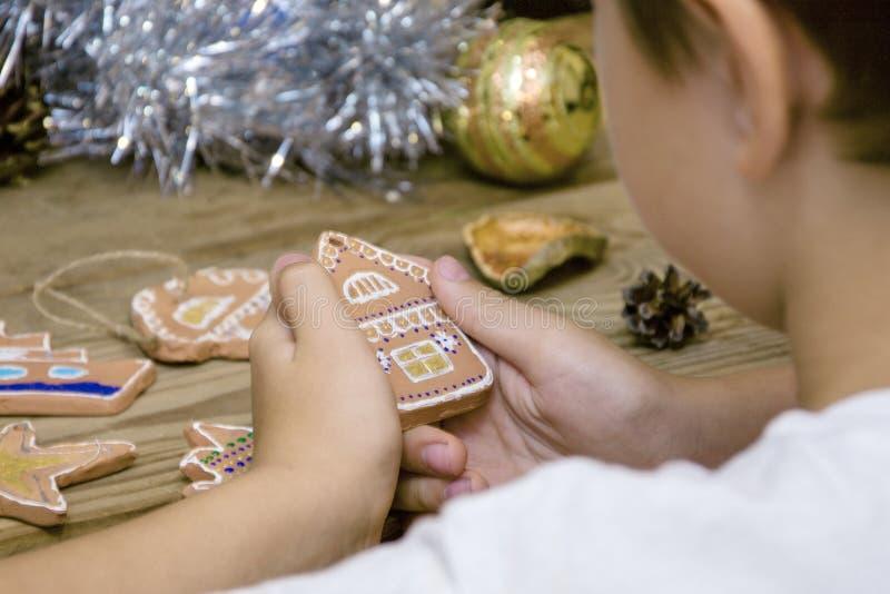 Barn som får klart för jul, keramisk hackapepparkaka fotografering för bildbyråer
