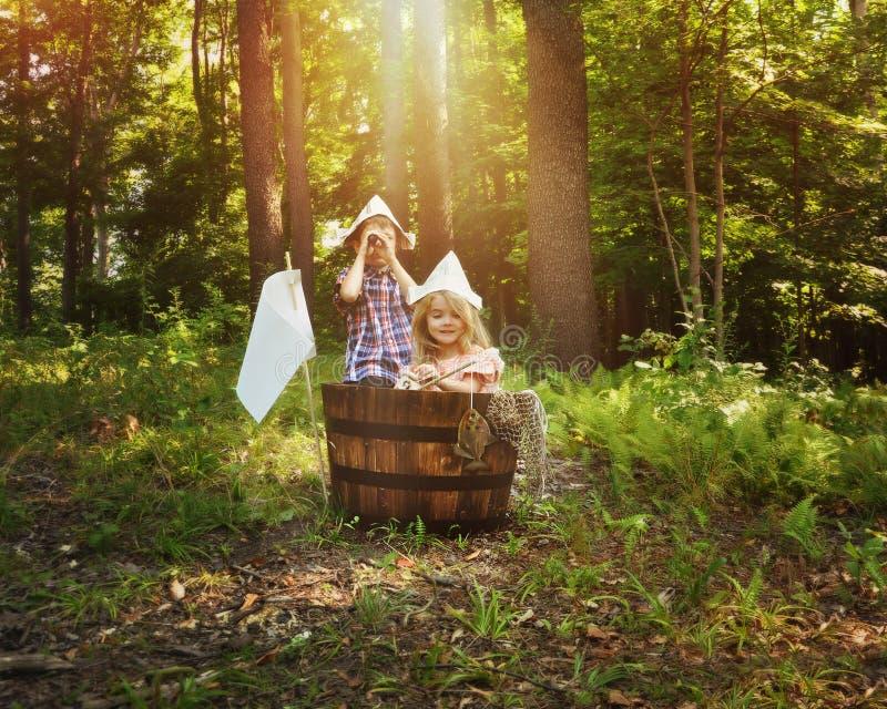 Barn som fiskar i träfartyg i skog