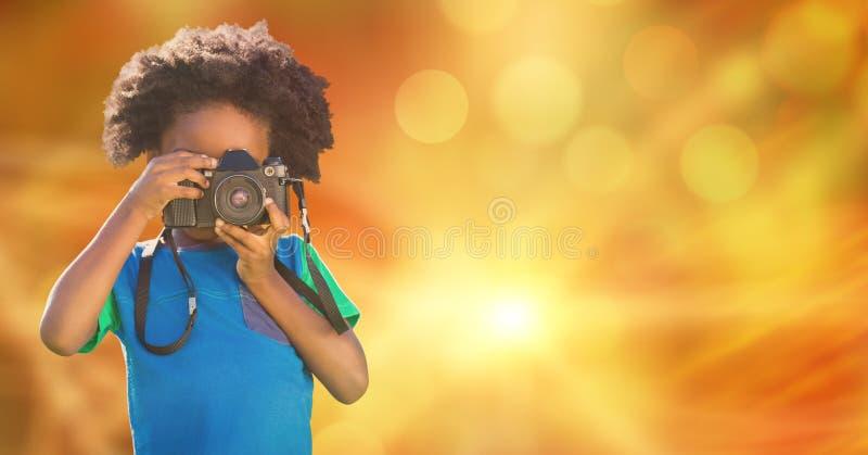 Barn som fotograferar över suddighetsbakgrund royaltyfri fotografi