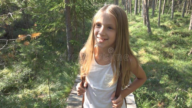 Barn som går i skogen, utomhus- natur för unge, flicka som spelar i campa affärsföretag royaltyfri foto
